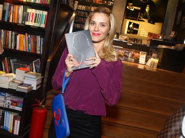 Carolina Dieckmann em lançamento de livro no Rio (Foto: Raphael Mesquita/ Foto Rio News)