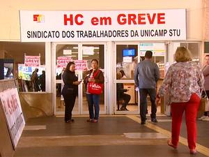 Faixas na entrada do Hospital de Clínicas (HC) da Universidade Estadual de Campinas (Unicamp) avisam sobre greve (Foto: Reprodução EPTV)