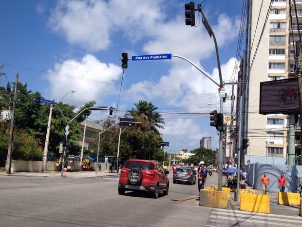 Com a paralisação, CTTU bloqueio acesso de ônibus à Cruz Cabugá (Foto: Kety Marinho / TV Globo)