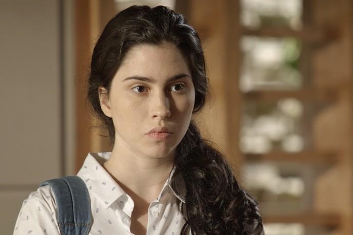 Débora chega bem na hora que o beijo vai rolar (Foto: TV Globo)