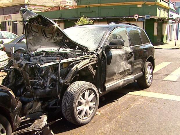 Veículo importado ficou completamente destruído após batida em Ribeirão Preto (Foto: Reprodução/EPTV)