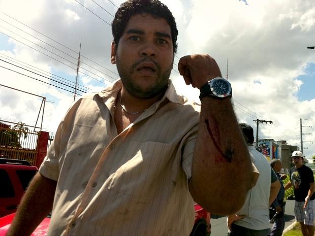 Segundo testemunhas, condutor do Renault Logan foi ferido com uma barra de ferro (Foto: Adneison Severiano/G1 AM)