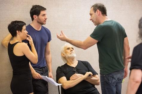 Rafaela Amado, Ricardo Tozzi e Francisco Cuoco nos ensaios de Electra, com direção de João Fonseca  (Foto: Renato Mangolin)