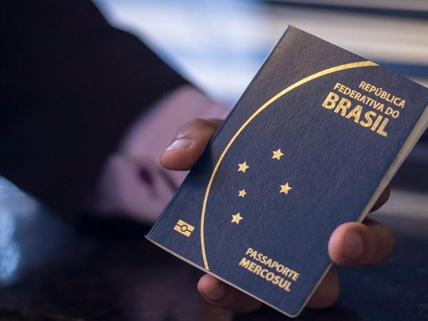Novo passaporte comum eletrônico brasileiro. O documento passou a ser emitido desde a última segunda -feira (6) pela Polícia Federal e Casa da Moeda, e terá prazo de validade de 10 anos  (Foto: Marcelo Camargo/Agência Brasil)