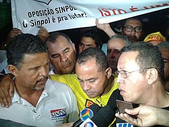 Lideranças de protesto de policiais no Recife (Foto: Luna Markman / G1)