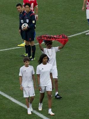 Índio da Aldeia Krukutu fez protesto durante cerimônia de abertura na Copa (Foto: Divulgação)