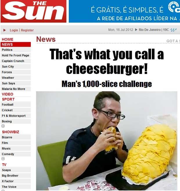 O senhor sato devora o hambúrguer com mil fatias de queijo (Foto: Reprodução)