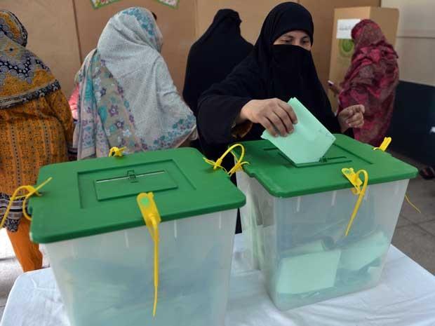 Paquistanesa vota em Islamabad. (Foto: Aamir Queeshi / AFP Photo)