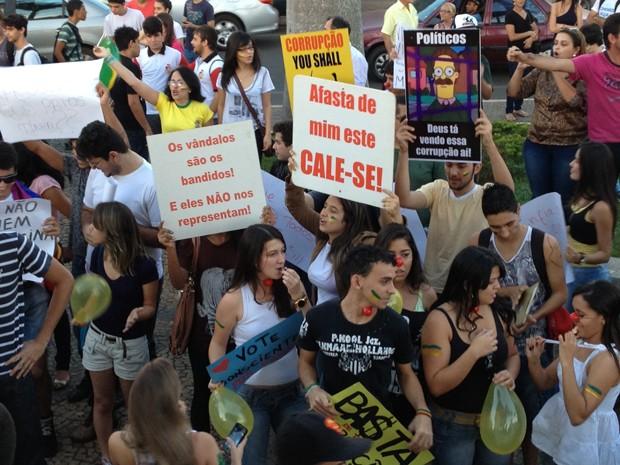 Além dos estudantes, empresários da cidade e muitos professores participaram da manifestação (Foto: Gullit Pacielle Machado)