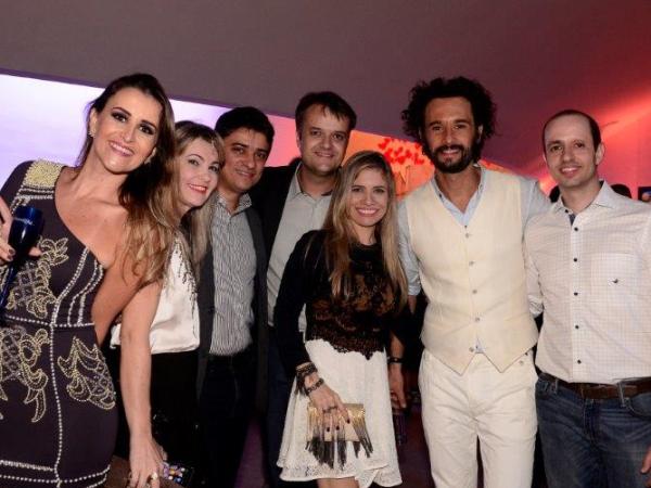 Anunciantes posam ao lado do ator Rodrigo Santoro, na festa de lançamento (Foto: Divulgação EPTV)