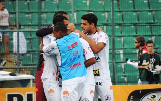 Joinville comemora gol contra o Figueirense (Foto: Renan Koerich)