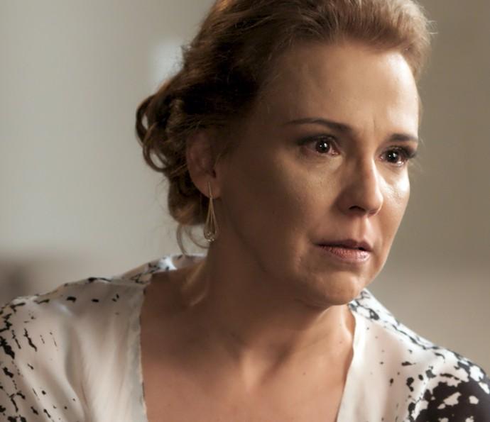 Emília fica chocada com as palavras de Alberto (Foto: TV Globo)