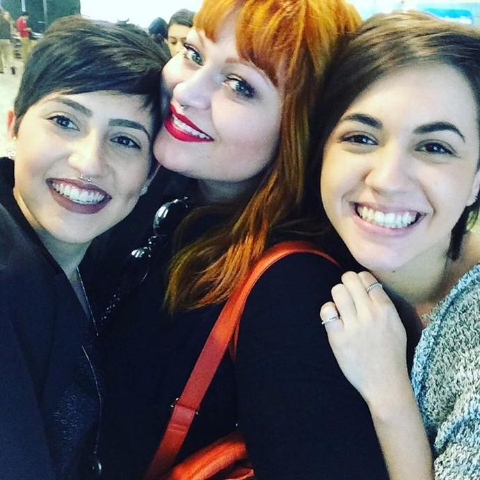 """Sem rivalidade, Isabela postou foto ao lado de Carolina Cobra e Joana Castanheira, nos bastidores do reality, e se declarou: """"Amo vocês"""" (Foto: arquivo pessoal)"""