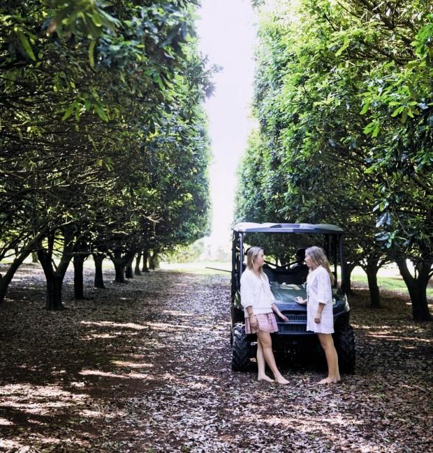Área verde. As filhas do casal, Dakota e Kenya, conversam em frente aos pés de macadâmia. A propriedade de 42 hectares conta com mais de 4 mil árvores (Foto: Chris Warnes Warnes & Walton / Living Inside)
