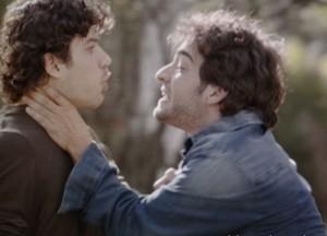 Fabinho fica louco ao ver seu anel e ameaça matar Bento (Foto: Sangue Bom/TV Globo)