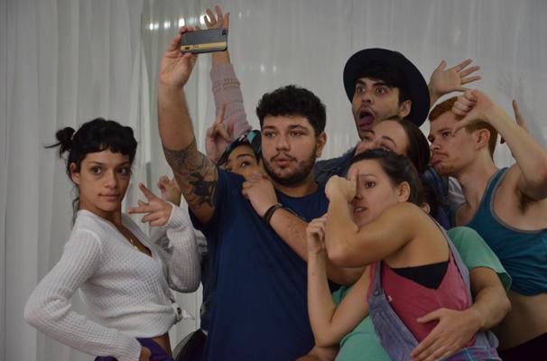 O elenco se diverte em um dos ensaios (Foto: divulgação)