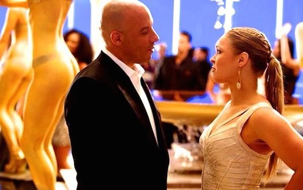 A lutadora Ronda Rousey com Vin Diesel em cena de Velozes e Furiosos 7 (Foto: Reprodução)