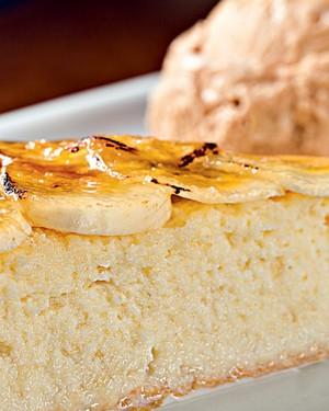 Pão-de-ló em três leites com banana brûlée e calda de maracujá (Foto: Rodrigo Azevedo / Divulgação)