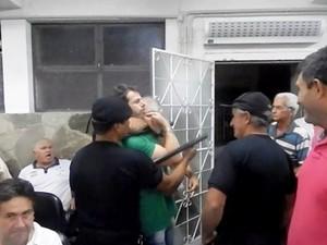 Houve confusão durante reunião na Câmara de Oliveira (Foto: Sérgio Henrique Dinis/Divulgação)