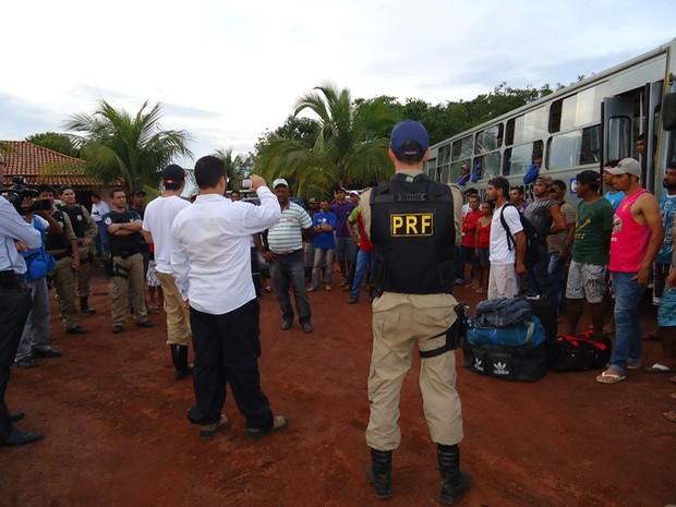 Trabalhadores foram levados de ônibus para hotel de Cristalândia (Foto: Divulgação/PRF-TO)