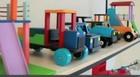 Carteiro constrói brinquedos para crianças (TV Verdes Mares/Reprodução)