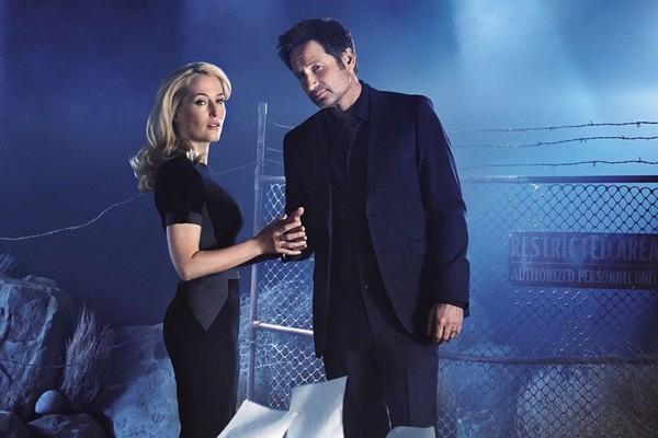 Gillian Anderson e David Duchovny em cartaz da volta de Arquivo X (Foto: Divulgação)