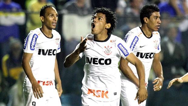 Romarinho comemora gol do Corinthians contra o Boca Juniors (Foto: AP)