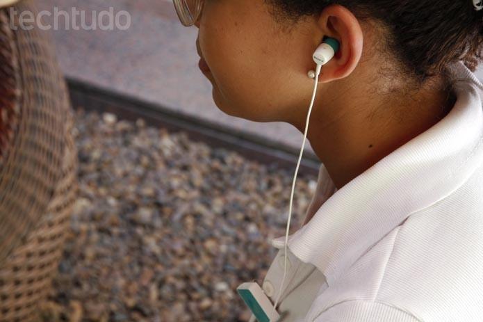 Fone tem cabo curto e atrapalha sua usabilidade (Foto: Luciana Maline/TechTudo)