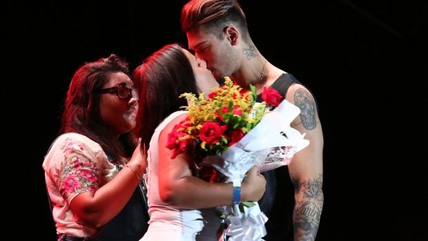 Beijo de fã em Lucas Lucco (Foto: Raphael Dias/Gshow)