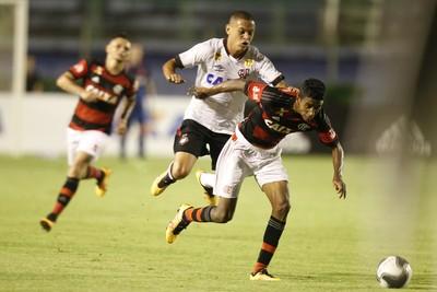 Gabriel - Marcos Guilherme - Flamengo x Atlético-PR (Foto: Gilvan de Souza / Flamengo)