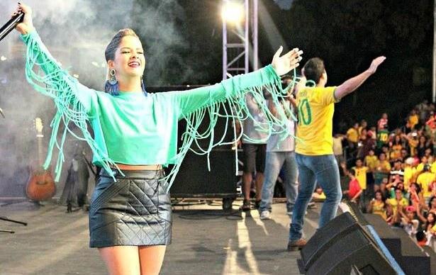 Após vitória brasileira, Maria Cecília e Rodolfo cantaram na FIFA Fan Fest, em Manaus (Foto: Jamile Alves/G1 AM)