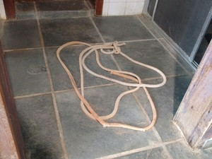 Piloto ficou amarrado com corda no banheiro de casa (Foto: Fernando Bellon/ TV TEM)