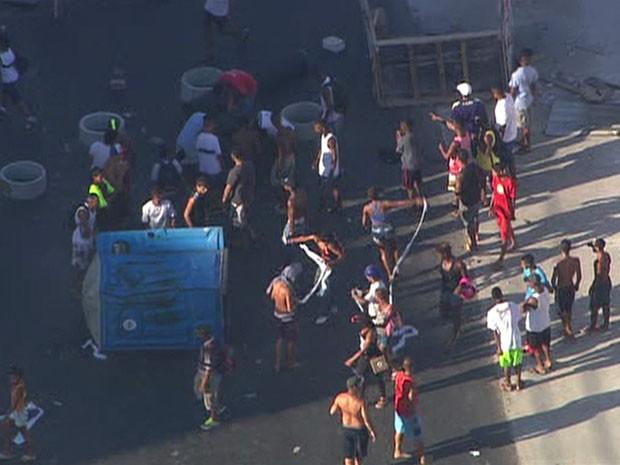 Manifestantes colocam fogo em banheiro químico. (Foto: Reprodução/TV Globo)