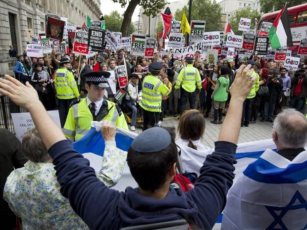 Policiais são vistos entre grupos de manifestantes pró-Israel e pró-Palestina, durante visita do primeiro ministro israelense Benjamin Netanyahu a Londres, na quarta (9) (Foto: AFP Photo/Justin Tallis)