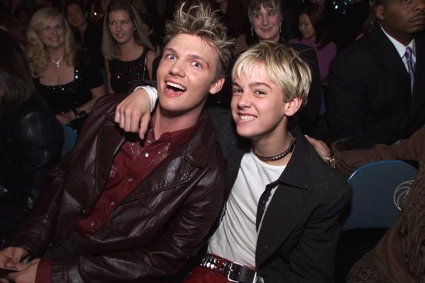 Então astro teen, Aaaron posa ao lado do irmão, o membro do Back Street Boy Taylor Carter (Foto: Getty Images)