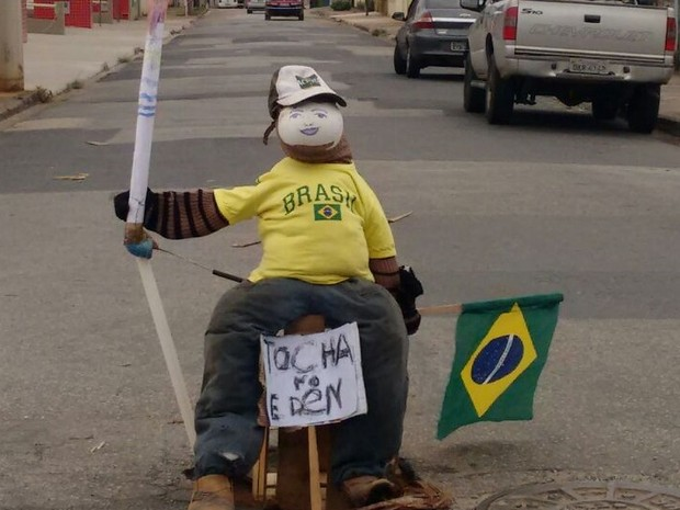 Boneco com tocha olímpica sinaliza buraco no Éden, em Sorocaba (Foto: Mauro G.Dias Junior/ Arquivo pessoal)