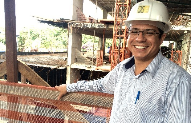 Estudante de engenharia, Cleomar Rosário Vieira trabalha há doze anos em obra em Goiânia, Goiás (Foto: Paula Resende/ G1)