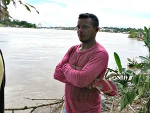 Rodiney Azevedo acompanha buscas pelo filho Lucas no Rio Juruá (Foto: Adelcimar Carvalho/G1)