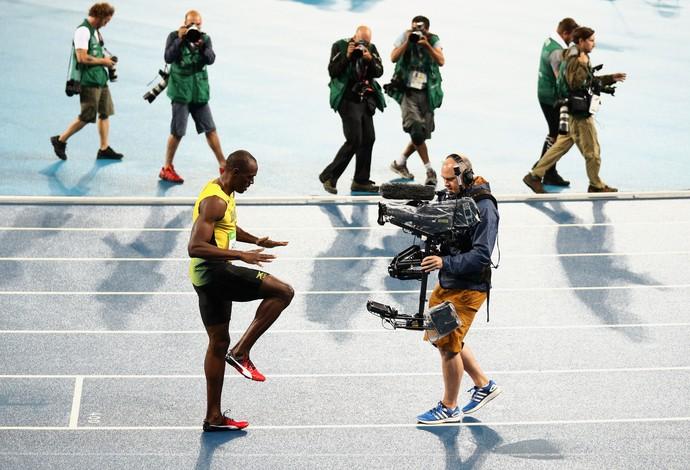 Bolt comemora a vitória nos 200m rasos com a celebração de Lebron (Foto: Getty Images)