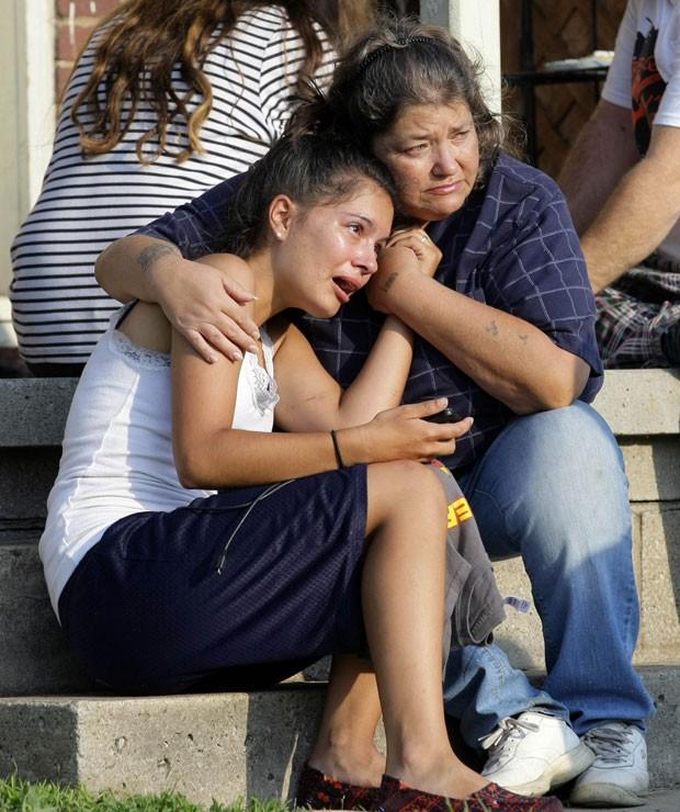 Lisa Kepler chora após a morte de seu namorado, assassinado por seu pai, que é policial, em Tulsa, nos Estados Unidos (Foto: Tulsa World, Michael Wyke/AP)