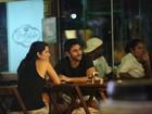 Samara Felippo curte a noite carioca com o namorado e com amigos