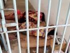 Por falta de vagas, presas dormem em chão de delegacia em MT