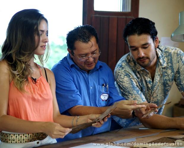Famosos veem o detalhe do artesanato de Maqueson (Foto: Domingão do Faustão / TV Globo)