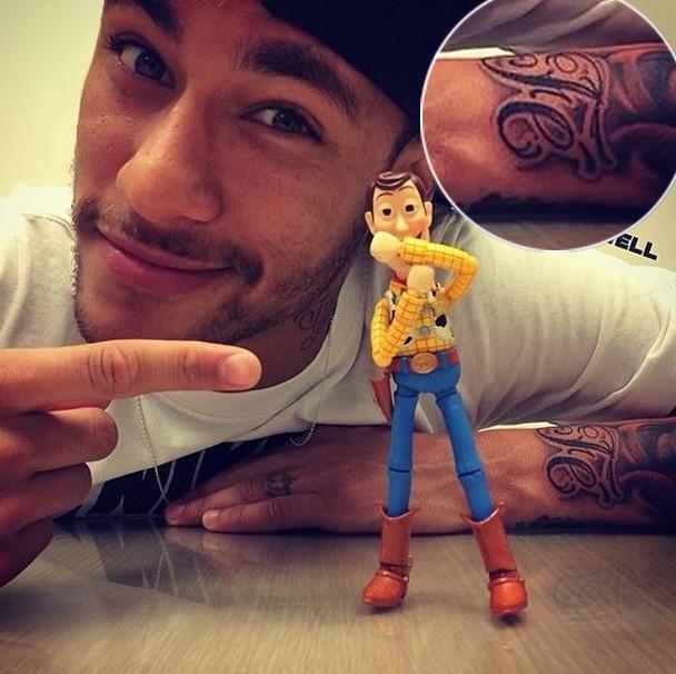EGO - Neymar faz tatuagem igual a de Bruna Marquezine ...
