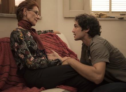 Gustavo se emociona com visita da mãe