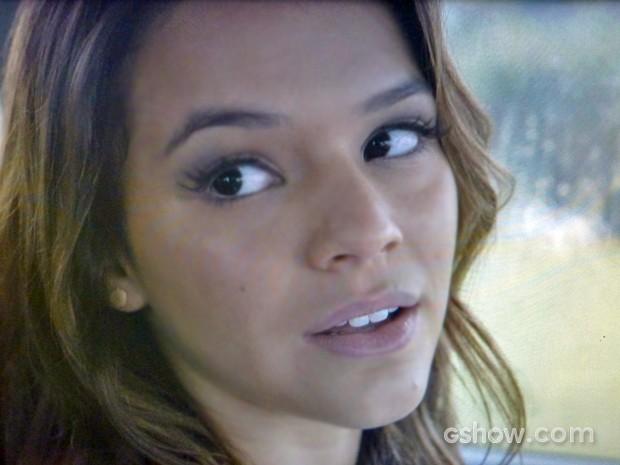 Luiza faz pergunta direta à Clara (Foto: Em Família/ TV Globo)