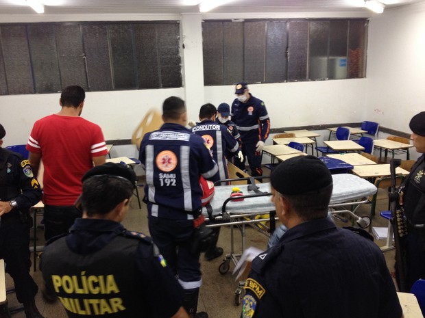 Estudante estava escrevendo no caderno quando foi atingindo por tiros em RO (Foto: Matheus Henrique/G1)