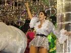 MC Anitta desfila sensualidade em carro alegórico da Portela