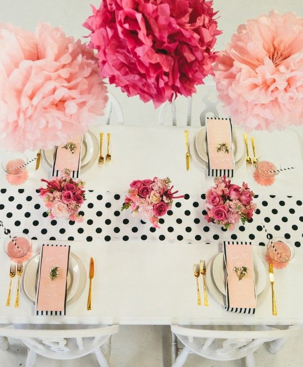 Mix de estampas sem erro: os guardanapos listrados e o caminho de mesa em poá em preto e branco dão supercerto juntos. As flores de papel em tons de rosa dão o toque final de elegância à mesa.  (Foto: Reprodução/Pinterest)
