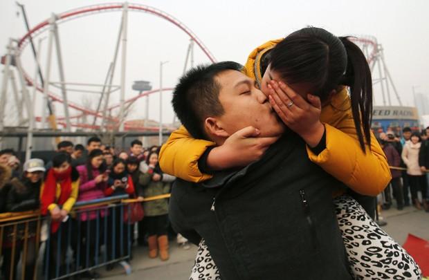Evento realizado na China foi feito em comemoração ao Dia dos Namorados nesta sexta-feira (14) (Foto: Kim Kyung-Hoon/Reuters)